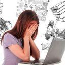 Плачущая девушка за ноутбуком